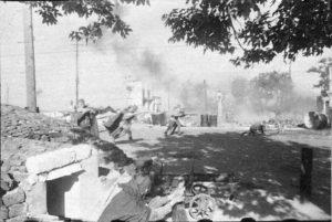 Автоматчики морской пехоты подразделения капитана Самарина преследуют немцев, выбитых из города Бердянска. Сентябрь 1943 г.