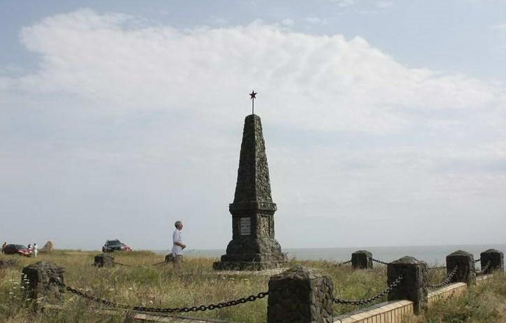Памятник над обрывом «Мерликовая балка». Надпись на памятнике: «Жертвам фашизма 1941-1943 гг.»